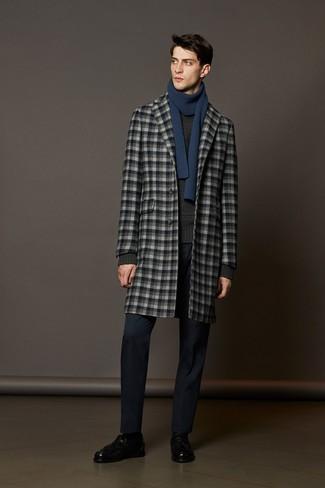 Comment porter: pardessus à carreaux gris, pull torsadé gris foncé, pantalon de costume bleu marine, mocassins à pampilles en cuir noirs