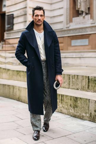 Comment porter des chaussures richelieu en cuir marron foncé quand il fait frais: L'association d'un pardessus bleu marine et d'un pantalon de costume en pied-de-poule noir et blanc peut te démarquer de la foule. Une paire de des chaussures richelieu en cuir marron foncé est une option parfait pour complèter cette tenue.
