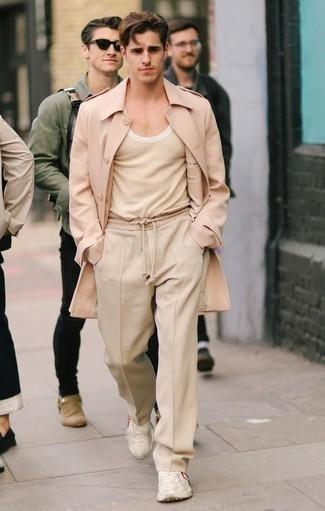 Comment porter des chaussures de sport beiges: Perfectionne le look chic et décontracté avec un pardessus rose et un pantalon chino beige. D'une humeur créatrice? Assortis ta tenue avec une paire de des chaussures de sport beiges.