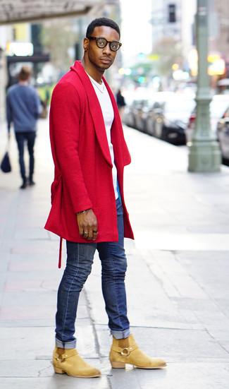 Comment porter: pardessus rouge, t-shirt à col rond blanc, jean skinny bleu, bottines chelsea en daim marron clair