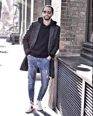 Comment porter un sweat à capuche noir: Pense à associer un sweat à capuche noir avec un jean déchiré bleu pour une tenue idéale le week-end. Une paire de des baskets basses en toile imprimées blanches rendra élégant même le plus décontracté des looks.