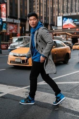Comment s'habiller quand il fait froid: Marie un pardessus gris avec un jean noir pour aller au bureau. Si tu veux éviter un look trop formel, complète cet ensemble avec une paire de des baskets montantes en cuir bleues.