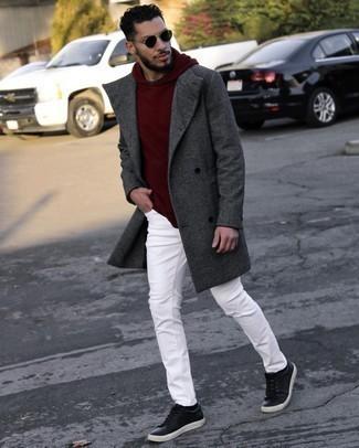 Comment s'habiller pour un style chic decontractés: Choisis un pardessus gris foncé et un jean blanc pour achever un look habillé mais pas trop. Jouez la carte décontractée pour les chaussures et opte pour une paire de baskets basses en cuir noires.