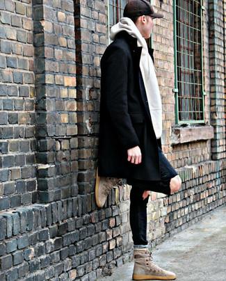 Comment porter: pardessus noir, sweat à capuche blanc, jean skinny déchiré noir, baskets montantes en daim beiges