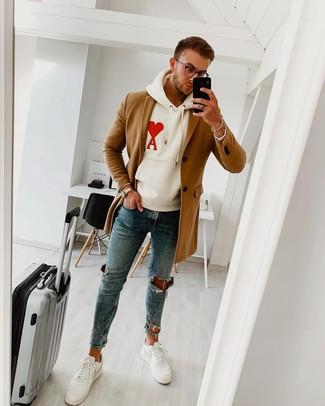 Comment porter un jean skinny avec des baskets basses pour un style relax: Essaie de marier un pardessus marron clair avec un jean skinny pour obtenir un look relax mais stylé. Jouez la carte décontractée pour les chaussures et opte pour une paire de des baskets basses.
