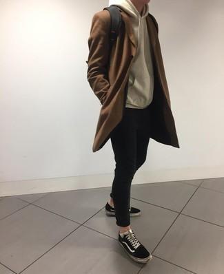 Comment porter des baskets basses en toile noires et blanches: Choisis un pardessus marron et un jean skinny noir pour obtenir un look relax mais stylé. Si tu veux éviter un look trop formel, choisis une paire de des baskets basses en toile noires et blanches.
