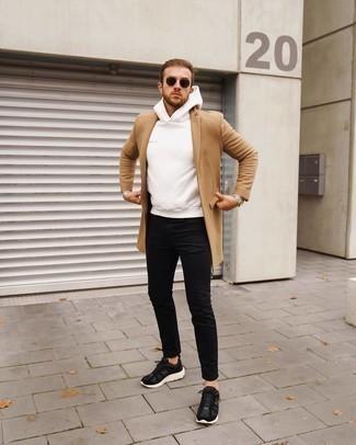 Comment porter un jean skinny noir: Pense à porter un pardessus marron clair et un jean skinny noir pour un look de tous les jours facile à porter. Jouez la carte décontractée pour les chaussures et opte pour une paire de chaussures de sport noires et blanches.