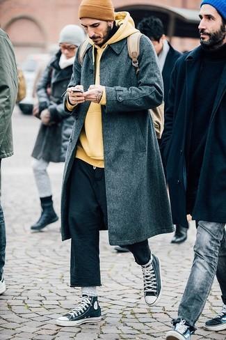 Comment porter: pardessus gris foncé, sweat à capuche jaune, pantalon chino noir, baskets montantes gris foncé