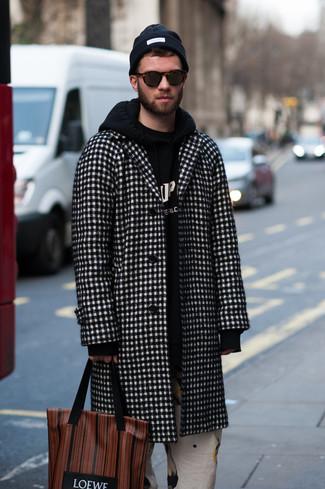 Comment porter: pardessus à carreaux noir et blanc, sweat à capuche imprimé noir et blanc, pantalon chino imprimé blanc, sac fourre-tout en cuir imprimé marron