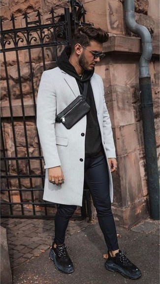 Comment porter un pardessus gris: Pense à harmoniser un pardessus gris avec un pantalon chino bleu marine pour un look idéal au travail. Tu veux y aller doucement avec les chaussures? Complète cet ensemble avec une paire de des chaussures de sport noires pour la journée.