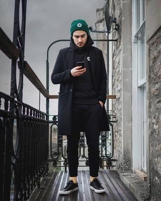 Comment porter un sweat à capuche noir: Pense à opter pour un sweat à capuche noir et un pantalon chino noir pour un déjeuner le dimanche entre amis. Cet ensemble est parfait avec une paire de des baskets basses en cuir noires.