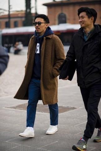 Comment s'habiller au printemps: Marie un pardessus marron avec un pantalon chino bleu marine pour un look idéal au travail. Décoince cette tenue avec une paire de baskets basses en toile blanches. Ce look est un de nos favoris cette saison.