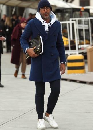 Comment porter: pardessus bleu marine, sweat à capuche imprimé blanc, pantalon de jogging noir, baskets basses en cuir blanches