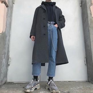 Comment porter: pardessus gris foncé, sweat à capuche noir, pull à col roulé noir, jean bleu