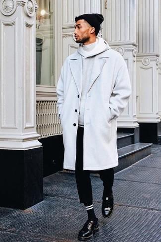 Comment porter: pardessus gris, sweat à capuche gris, pull à col roulé gris, pantalon chino noir