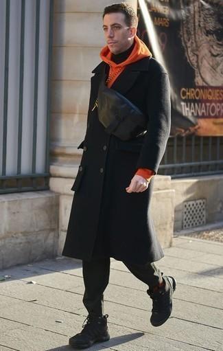 Comment porter un sweat à capuche orange: Essaie d'associer un sweat à capuche orange avec un pantalon chino vert foncé pour un look de tous les jours facile à porter. Décoince cette tenue avec une paire de des chaussures de sport noires.
