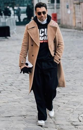 Un pardessus à porter avec un pull à col roulé blanc: Pense à associer un pardessus avec un pull à col roulé blanc pour aller au bureau. Décoince cette tenue avec une paire de des chaussures de sport blanches.