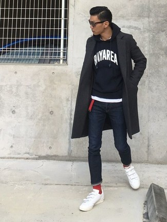 Comment porter: pardessus gris foncé, sweat à capuche imprimé noir et blanc, t-shirt à col rond blanc, jean skinny bleu marine