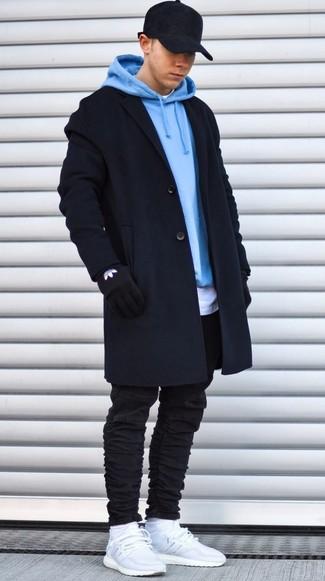 Comment porter: pardessus noir, sweat à capuche bleu clair, t-shirt à col rond blanc, jean skinny noir