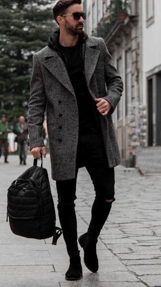 Comment porter des bottines chelsea en daim noires: Opte pour le confort dans un pardessus à chevrons gris foncé et un jean skinny déchiré noir. Jouez la carte classique pour les chaussures et choisis une paire de des bottines chelsea en daim noires.