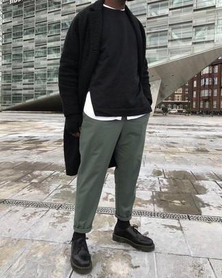 Comment porter: pardessus noir, sweat-shirt noir, chemise à manches longues blanche, pantalon chino vert