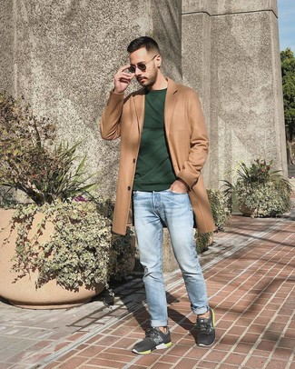 Comment porter: pardessus marron clair, sweat-shirt vert foncé, jean bleu clair, chaussures de sport gris foncé