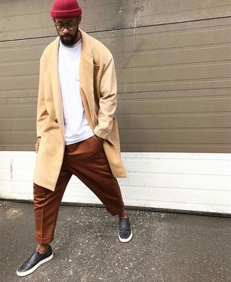 Comment porter: pardessus jaune, sweat-shirt blanc, pantalon chino tabac, baskets à enfiler en cuir noires