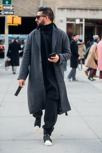 Comment porter un pardessus gris: Associe un pardessus gris avec un pantalon de jogging noir pour une tenue confortable aussi composée avec goût. Tu veux y aller doucement avec les chaussures? Assortis cette tenue avec une paire de des baskets basses en toile noires et blanches pour la journée.
