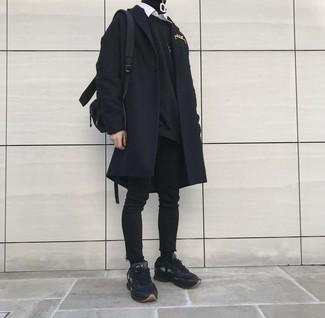Comment porter: pardessus noir, sweat-shirt noir, pull à col roulé noir, chemise à manches longues blanche