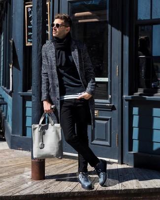 Comment porter: pardessus écossais gris foncé, sweat-shirt noir, t-shirt à col rond à rayures horizontales blanc et noir, jean skinny noir
