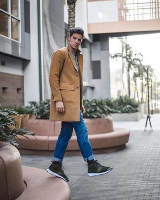 Comment porter: pardessus marron clair, t-shirt à col boutonné bleu clair, jean bleu, baskets montantes en daim olive