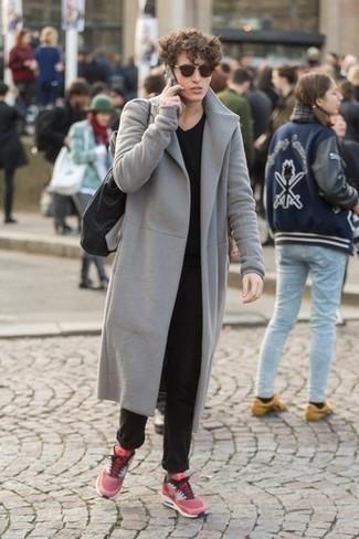 Comment porter un pardessus gris: Essaie d'associer un pardessus gris avec un pantalon chino noir pour aller au bureau. Si tu veux éviter un look trop formel, termine ce look avec une paire de des chaussures de sport fuchsia.
