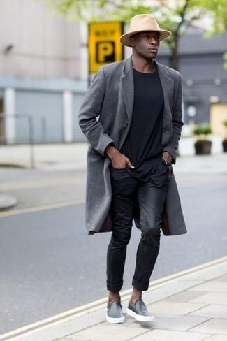 Comment porter: pardessus gris, t-shirt à col rond noir, jean noir, baskets à enfiler en cuir noires
