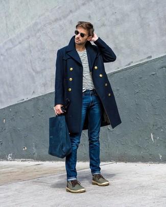 Comment porter: pardessus bleu marine, t-shirt à col rond à rayures horizontales blanc et bleu marine, jean bleu, bottes de loisirs en cuir olive