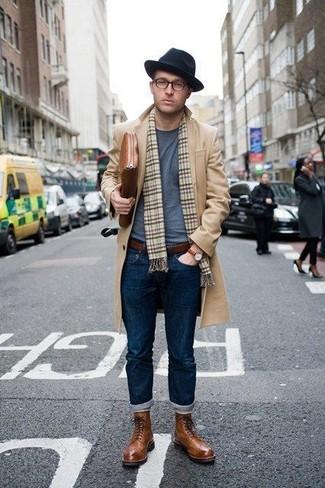 Comment porter: pardessus marron clair, t-shirt à col rond gris, jean bleu marine, bottes brogue en cuir marron