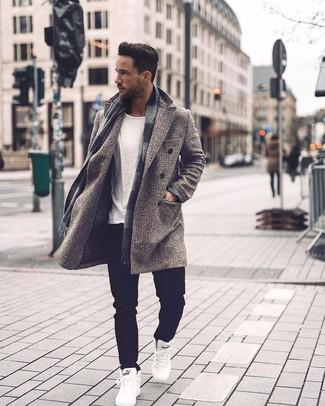 Comment porter: pardessus à carreaux gris, t-shirt à col rond blanc, jean noir, baskets montantes blanches