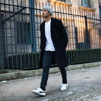 Comment porter: pardessus noir, t-shirt à col rond blanc, jean noir, baskets basses blanches et noires