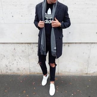 Comment porter des chaussettes invisibles noires: Pour une tenue aussi confortable que ton canapé, choisis un pardessus gris foncé et des chaussettes invisibles noires. Cet ensemble est parfait avec une paire de des baskets basses blanches.