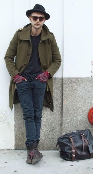 Comment porter: pardessus olive, t-shirt à col rond noir, jean gris foncé, bottes de loisirs en cuir marron foncé