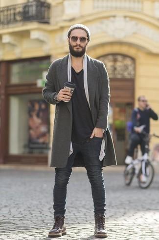 Comment porter un jean avec des bottes de loisirs: Harmonise un pardessus gris avec un jean pour créer un look chic et décontracté. Une paire de des bottes de loisirs est une option génial pour complèter cette tenue.