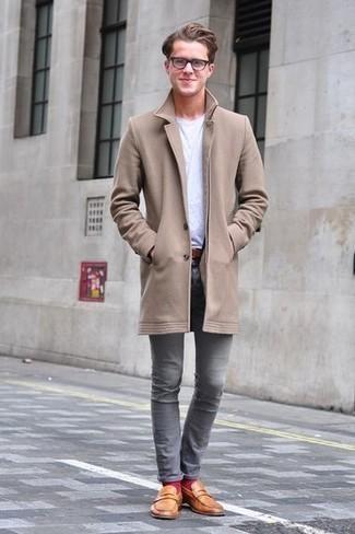 Comment porter des chaussettes fuchsia: Marie un pardessus marron clair avec des chaussettes fuchsia pour un look confortable et décontracté. Une paire de des slippers en cuir tabac ajoutera de l'élégance à un look simple.