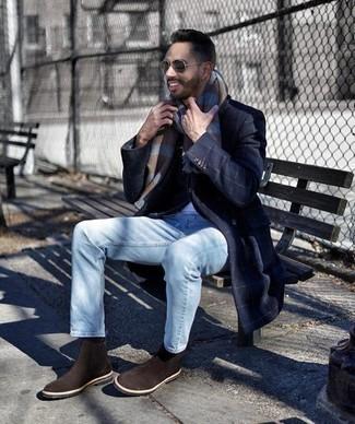 Comment porter des bottines chelsea en daim marron foncé: Associe un pardessus à carreaux bleu marine avec un jean bleu clair pour créer un look chic et décontracté. Une paire de des bottines chelsea en daim marron foncé est une façon simple d'améliorer ton look.