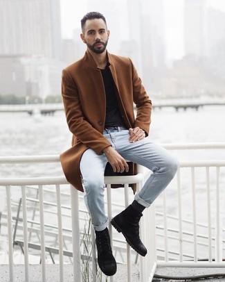 Comment porter un pardessus tabac: Associe un pardessus tabac avec un jean bleu clair pour un look idéal au travail. Termine ce look avec une paire de des bottes de loisirs en daim noires.