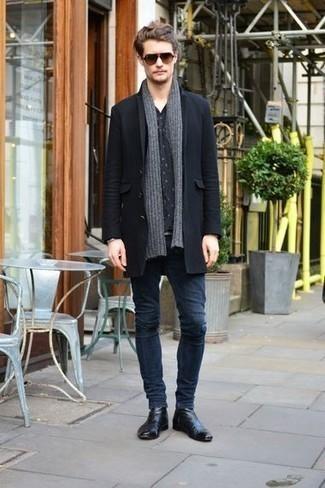 Comment porter une écharpe grise: Pour une tenue aussi confortable que ton canapé, associe un pardessus noir avec une écharpe grise. Une paire de des bottines chelsea en cuir noires rendra élégant même le plus décontracté des looks.