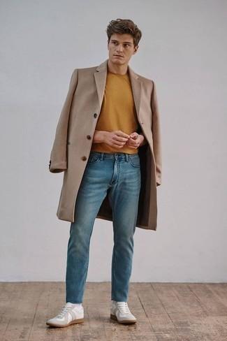 Comment porter un t-shirt à col rond tabac: Associe un t-shirt à col rond tabac avec un jean bleu pour affronter sans effort les défis que la journée te réserve. Une paire de des baskets basses en toile blanches est une option judicieux pour complèter cette tenue.