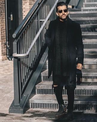 Comment porter un t-shirt à col rond noir pour un style decontractés: Associe un t-shirt à col rond noir avec un jean déchiré noir pour un look idéal le week-end. Transforme-toi en bête de mode et fais d'une paire de bottines chelsea en daim noires ton choix de souliers.