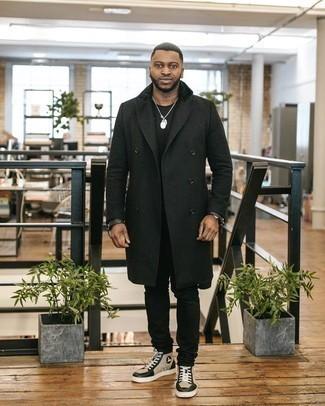 Comment s'habiller quand il fait chaud: Essaie d'associer un pardessus noir avec un jean noir pour prendre un verre après le travail. Pourquoi ne pas ajouter une paire de baskets montantes en cuir beiges à l'ensemble pour une allure plus décontractée?