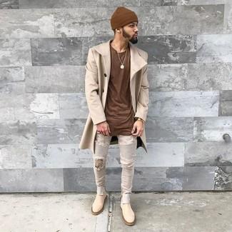 Comment porter: pardessus beige, t-shirt à col rond marron, jean skinny déchiré gris, bottines chelsea en daim beiges