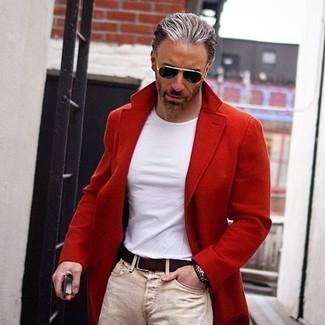 Comment porter un jean skinny beige: Marie un pardessus rouge avec un jean skinny beige pour une tenue confortable aussi composée avec goût.