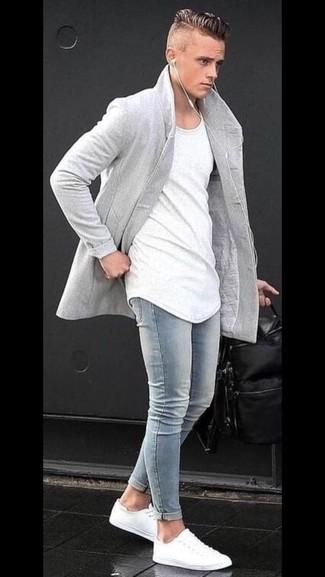 Comment porter: pardessus gris, t-shirt à col rond blanc, jean skinny bleu clair, baskets basses blanches